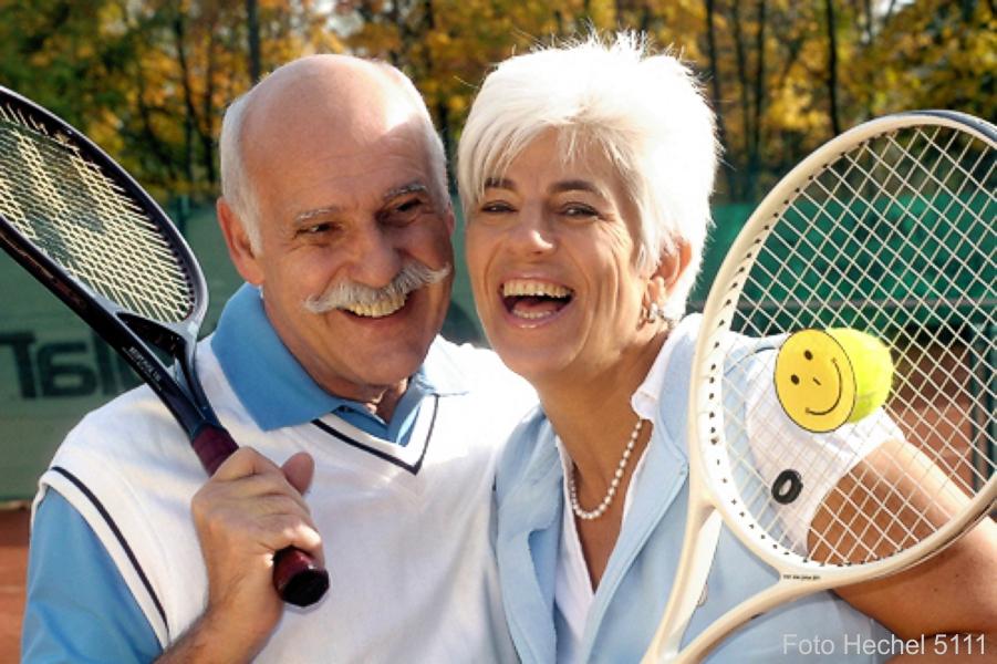 IMG_5111_Happy_Feeling_Seniorpaar_Tennisspielen_Smily_Photo_Hechel_Dental-Elan