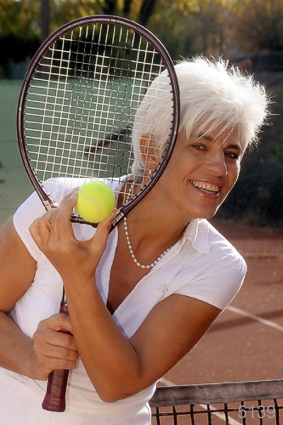 IMG_5139_Portrait_Frau_Lachen_Tennisspiel_Photo_Hechel_Dental_Elan