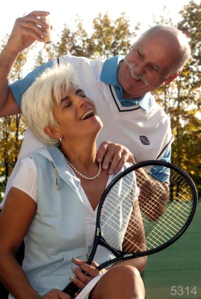 IMG_5314_Happy_Seniorpaar_Tennisspiel_Lebensfreude_Photo_Hechel_Dental_Elan