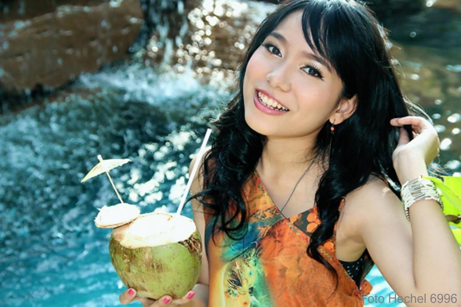 IMG_6996_Asia_Smile_Portrait_Beauty_Kokosnuss_Pool_Wasserfall_Photo_Hechel_Dental_Elan