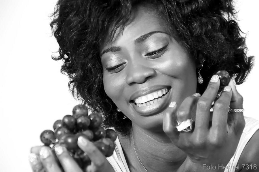 IMG_7204_Portrait_black_beauty_smile_Chris_Weintrauben_schwarzweiß_Photo_Hechel_Dental_Elan